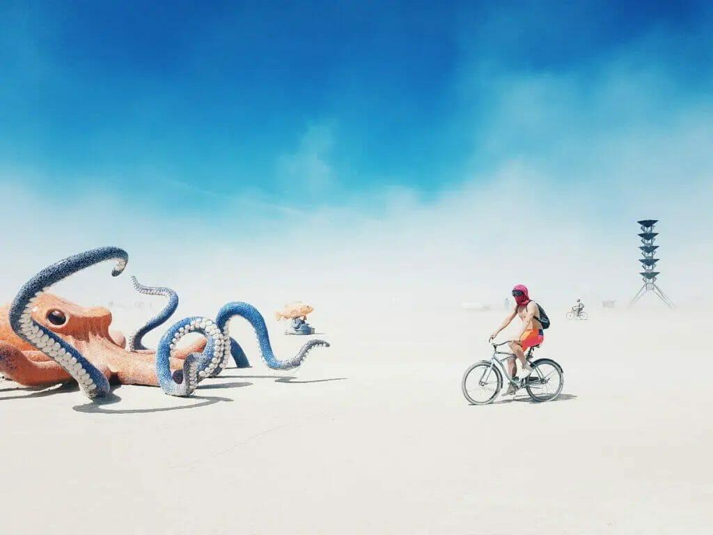 Burning Man - Person auf Fahrrad mit Krake