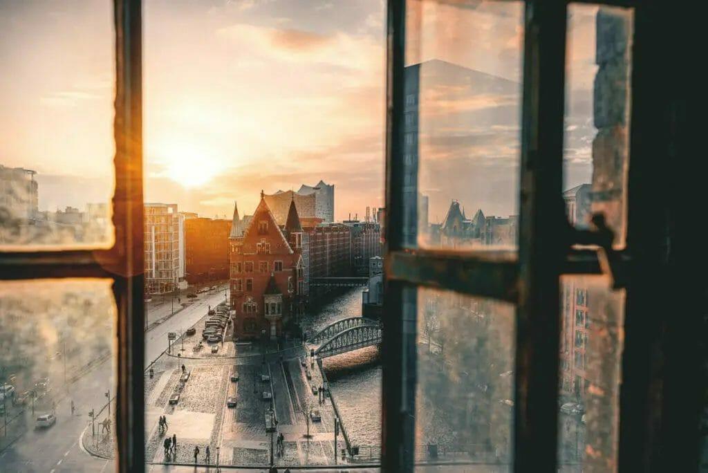 Fotografie Tipps - Johannes Berger - Sunset - Sonnenuntergang durch Fenster - Speicherstadt Hamburg