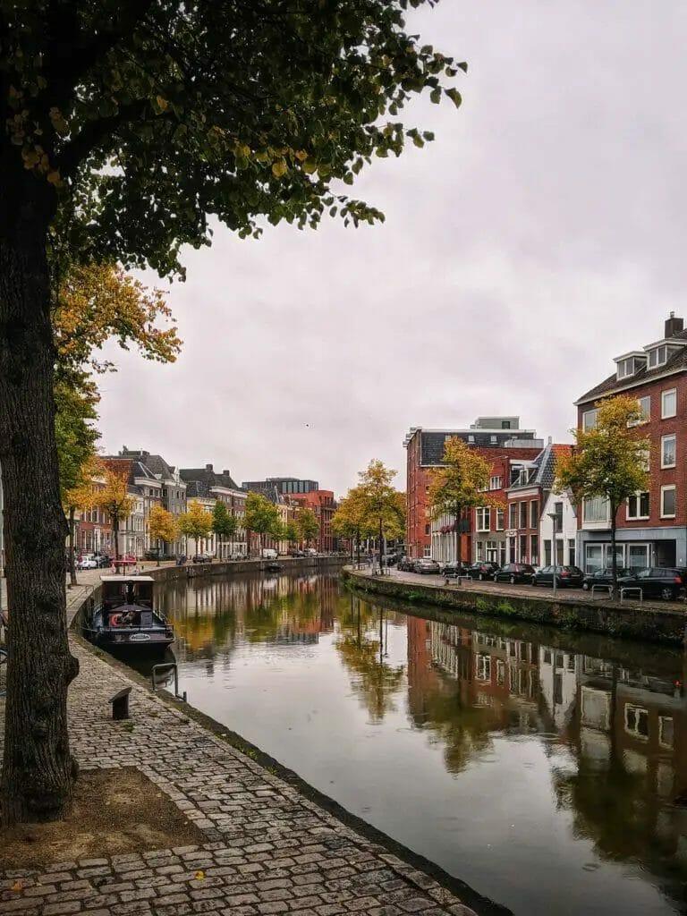 Holland Städte - Groningen - Gracht im Herbst mit Bäumen