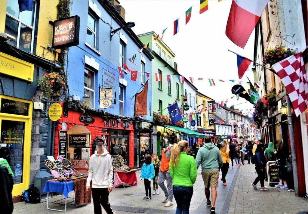 Reiseziele in Europa - Galway Irland - Bunte Häuser in einer Straße