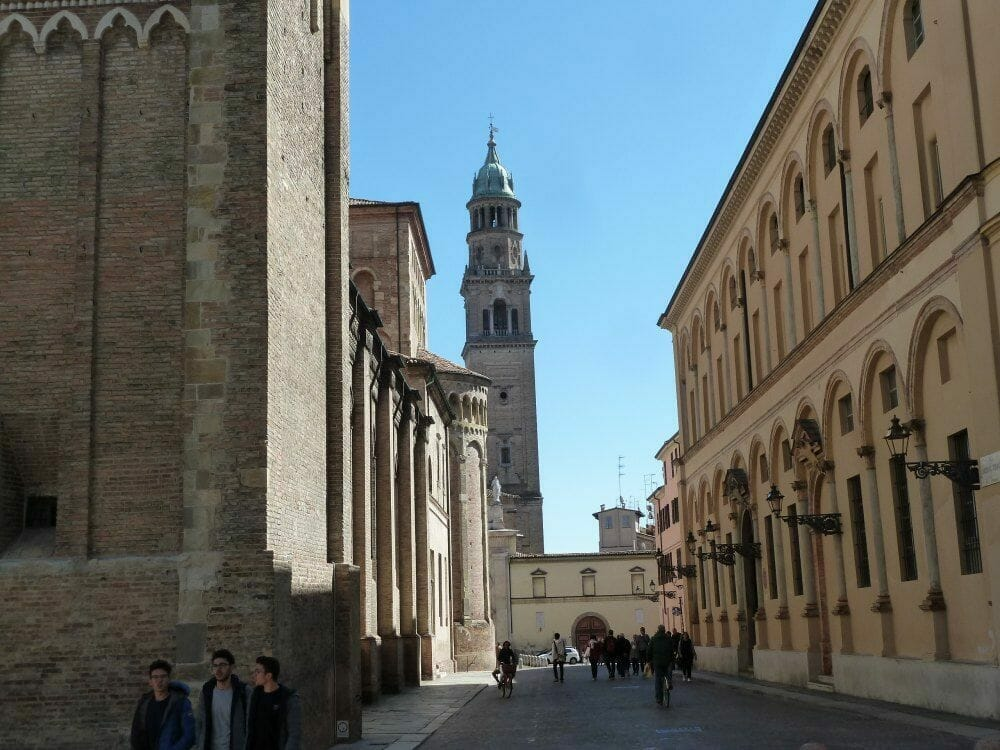 Schöne Reiseziele in Europa - Parma - Italien -Kirchturm am Ende einer Straße