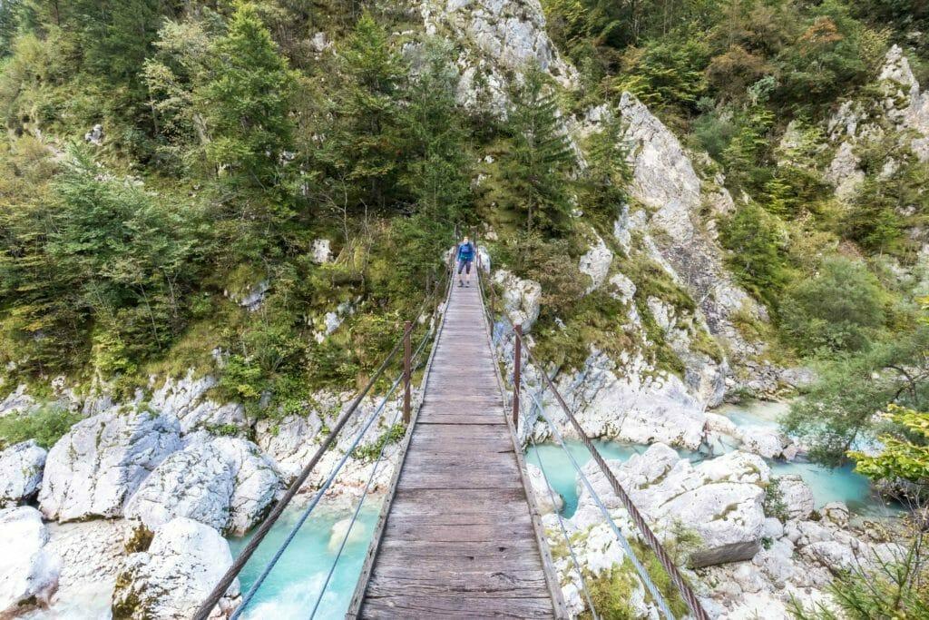 Brücke auf dem Soca Trail im Soca Tal Slowenien