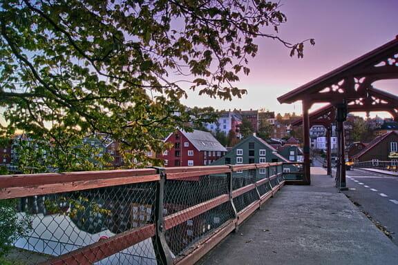Die schönsten Urlaubsorte in Europa -Trondheim Norwegen  - Alte Stadtbrücke  Bakklandet