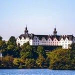Fotospots Plön - Schloss Plön vom Wasser aus