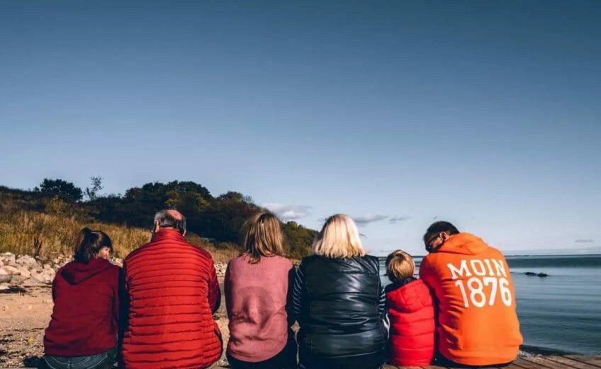 Familie auf dem Steg