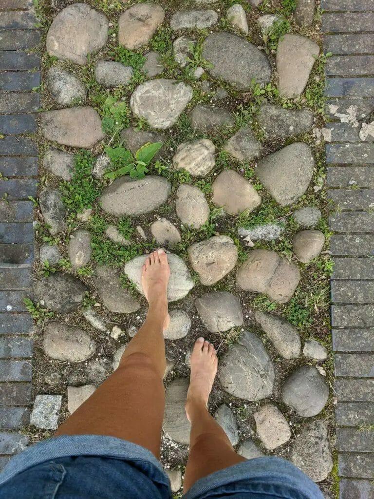 Trimm Dich Pfad - barfuß auf Stein
