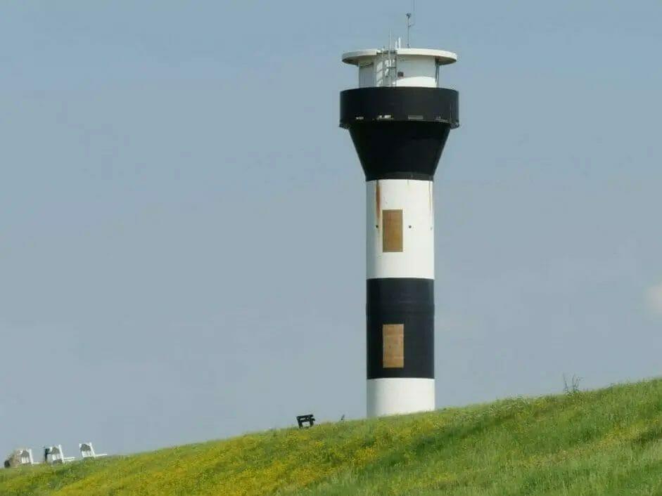 Ausflugsziele Niedersachsen - Altes Land - Schwarz-weiß gestreifter Leuchtturm bzw. Leuchtfeuer am Deich